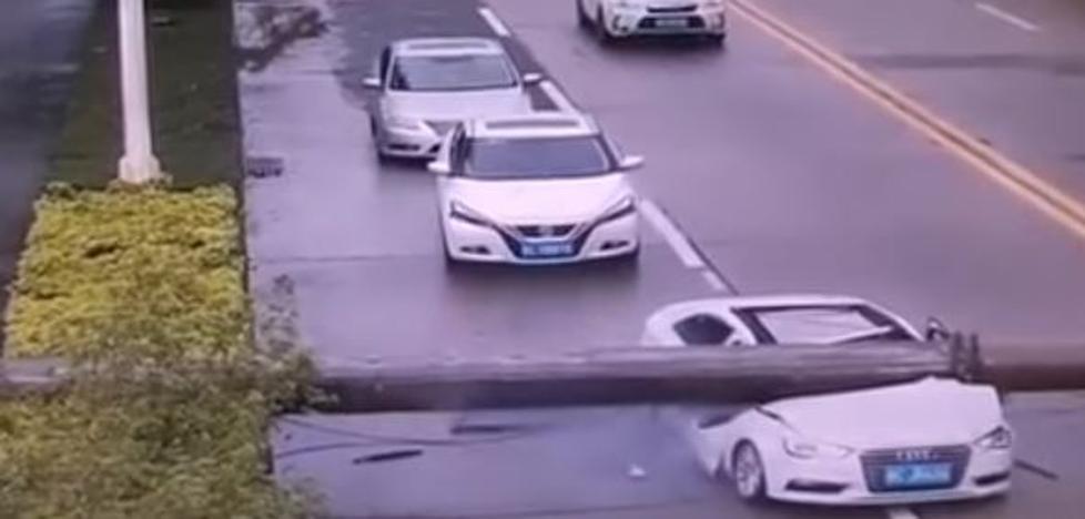 Sale ileso de su vehículo tras caerle encima una grúa