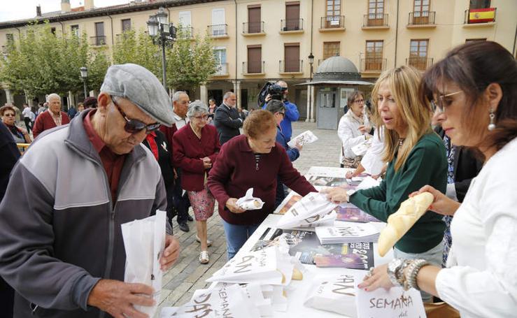 Reparto de fabiolines en la Plaza Mayor de Palencia con motivo de la Semana del Pan