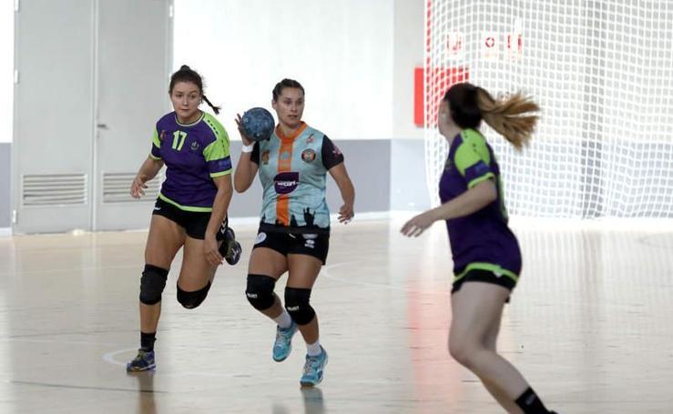 Partido de balonmano femenino entre el Palencia Turismo y el Hand Vall Valladolid