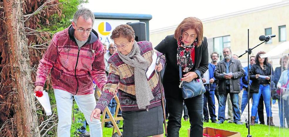 Homenaje a 143 víctimas inocentes que fueron fusiladas junto al cementerio