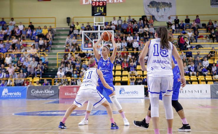 Partido de baloncesto de la Liga Femenina entre el Perfumerías Avenida y el Uni Ferrol