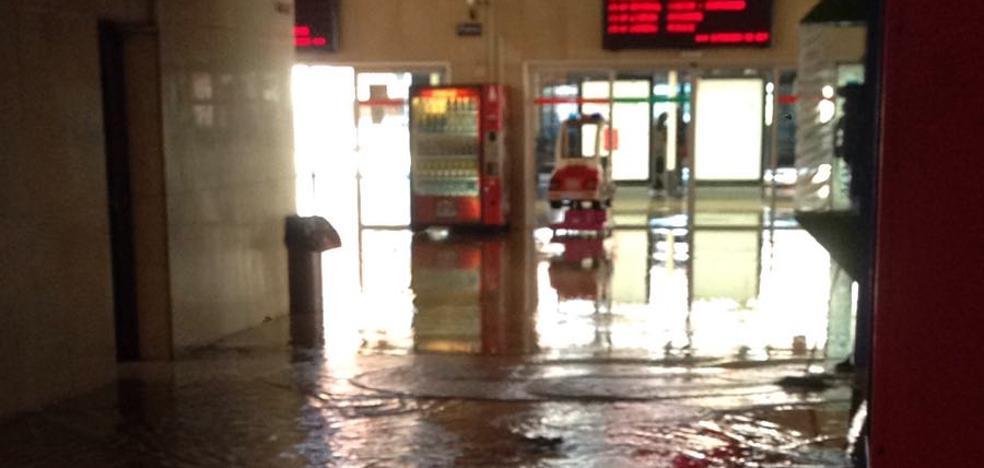 Un reventón en la calle San José inunda la estación de autobuses de Valladolid