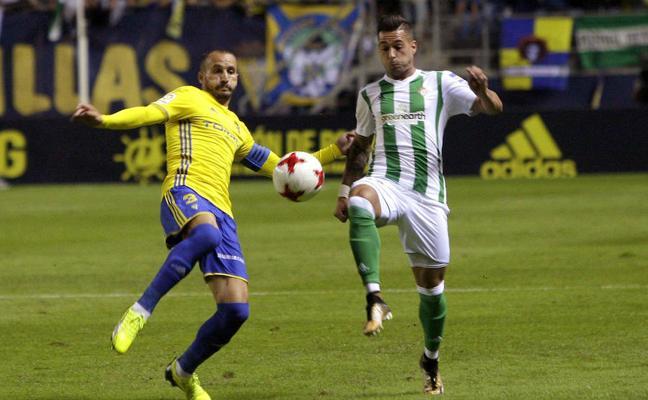 Dos goles de Sergio León dan el triunfo al Betis en Cádiz