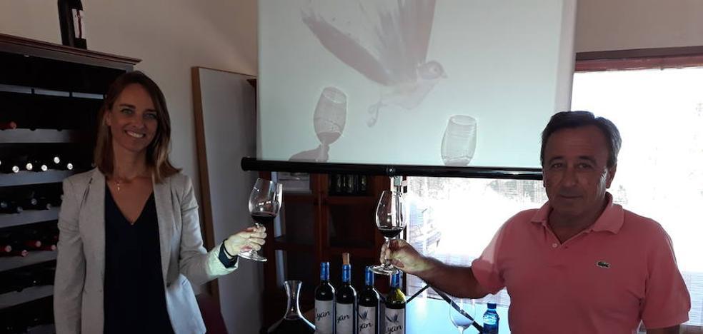 La bodega Cyan saca al mercado dos nuevos vinos con el ave Cyanopica como imagen