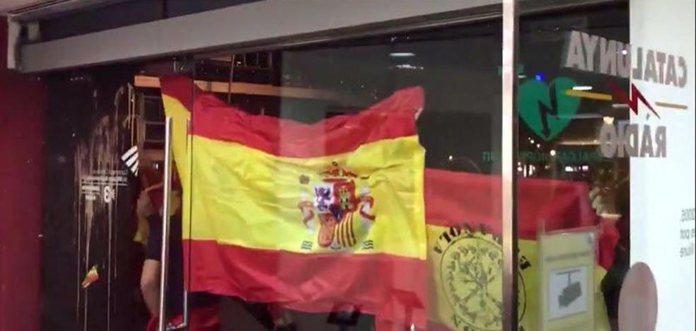 Un grupo de exaltados españolistas ataca la sede de Catalunya Ràdio