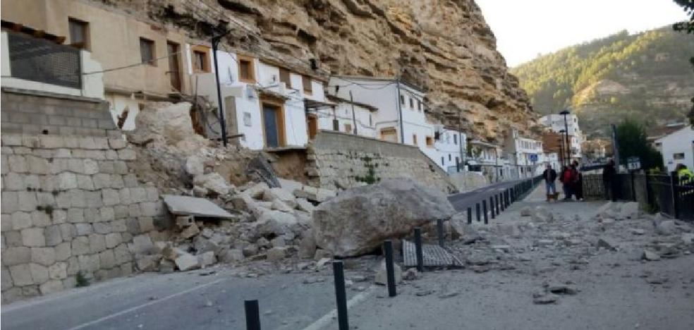 Una enorme roca aplasta dos viviendas en un pueblo de Albacete