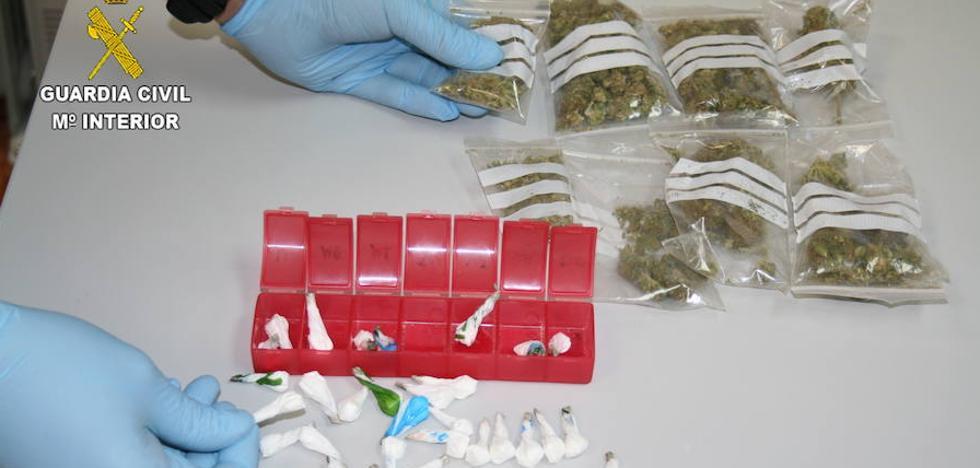 La Guardia Civil detiene a tres personas por tráfico de drogas y desmantela dos puntos de menudeo en Navatejera y León
