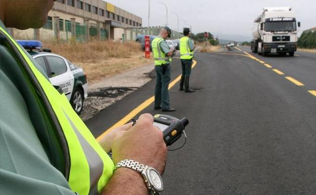 Dispositivo de la Guardia Civil en una carretera de la comunidad./A. Tanarro