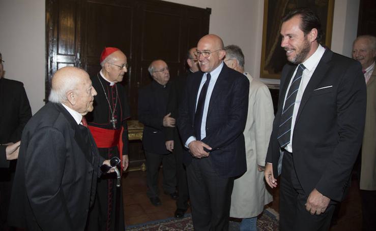 Asistentes a la entrega de la Cruz de la Santa Sede a José Jiménez Lozano