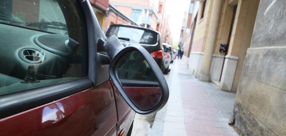 Investigan la autoría de la rotura de 27 retrovisores de vehículos aparcados en Delicias