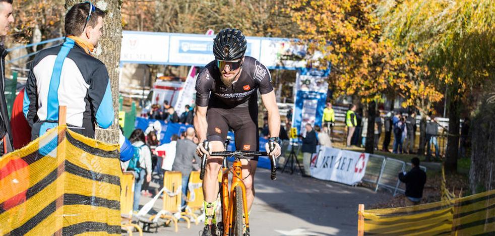 Óscar Pujol cambia de bici y empieza a preparar la temporada de invierno
