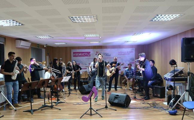 Pablo Mora, vocalista y compositor de Lagarto Amarillo visita la Escuela de Música