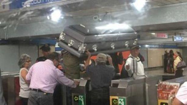 Trasladan un ataúd en metro por falta de dinero