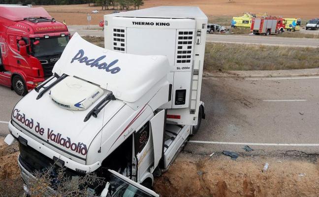 Un fallecido y cinco heridos en un accidente entre un camión y un monovolumen en Berlanga de Duero