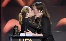 Kate Winslet y Allison Janney se dan un beso de película