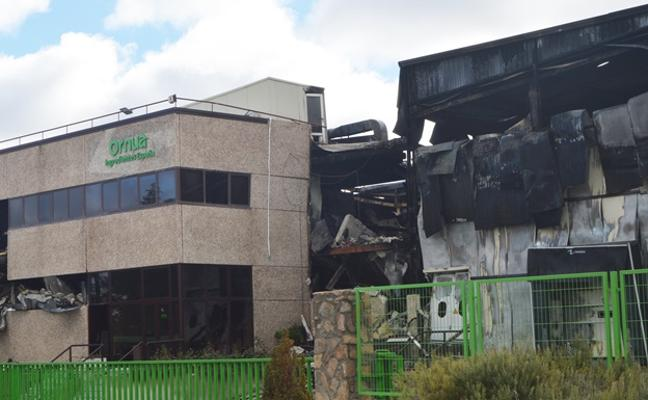 El humo que aún sale de la fábrica Ornua obliga a las empresas colindantes a cerrar puertas y ventanas