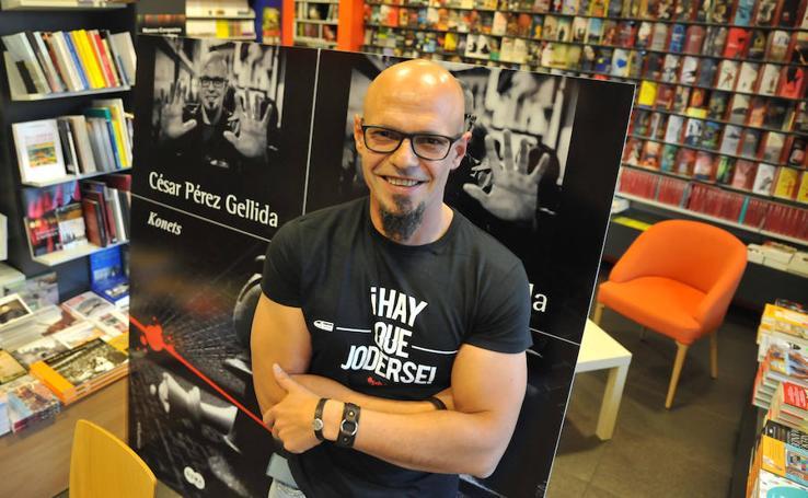 César Pérez Gellida firma ejemplares de 'Konets'