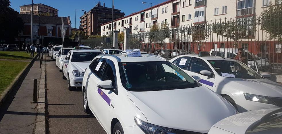 Taxistas autónomos de Valladolid se manifiestan para pedir un máximo de 16 horas diarias de jornada laboral