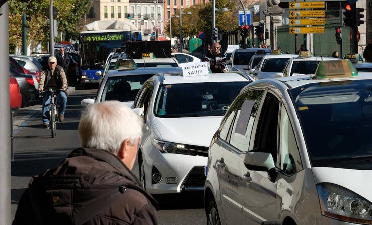 Los taxistas de Valladolid piden la jornada máxima de 16 horas