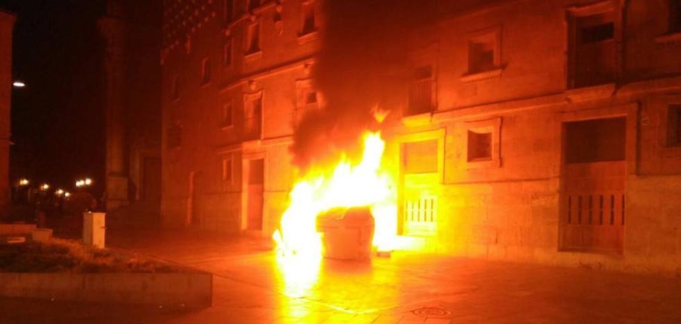 Identifican a dos jóvenes por el incendio de un contenedor junto a la Casa de las Conchas
