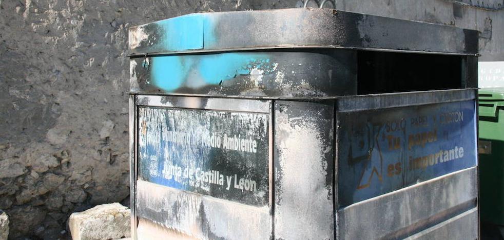 Los bomberos sofocan el fuego de unos contenedores en Valdevilla