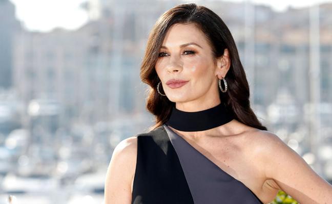 Un beso para el recuerdo entre Catherine Zeta-Jones y su suegro Kirk Douglas