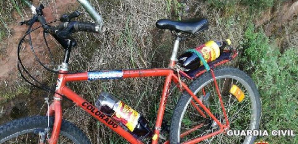 La Guardia Civil denuncia a un ciclista que circulaba ebrio y con dos botellas de vino