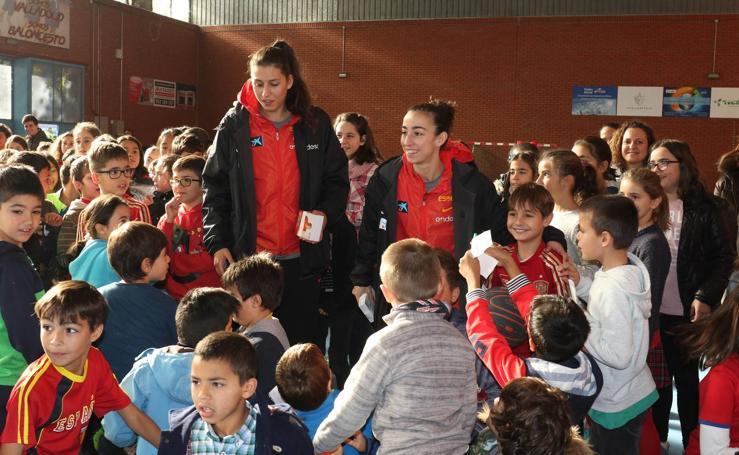 Jugadoras de la selección nacional de baloncesto visitan el colegio Ponce de León