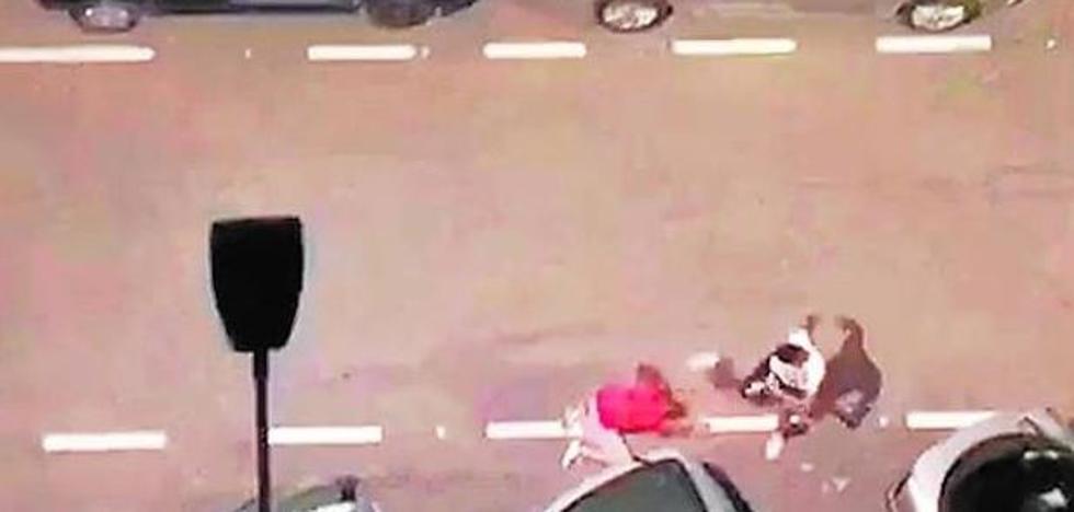 Dan una paliza a un hombre en Valencia, le roban y le sacan fotos antes de huir