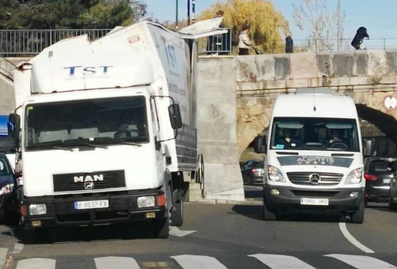 Mucho camión y poco puente