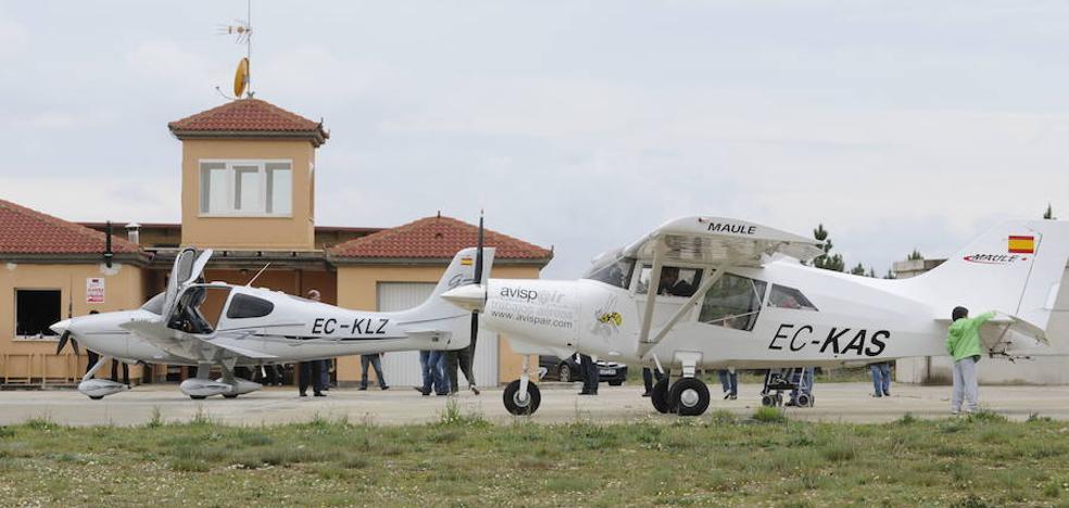 Una avioneta ligera aterriza de emergencia en Almazán por un fallo mecánico del motor