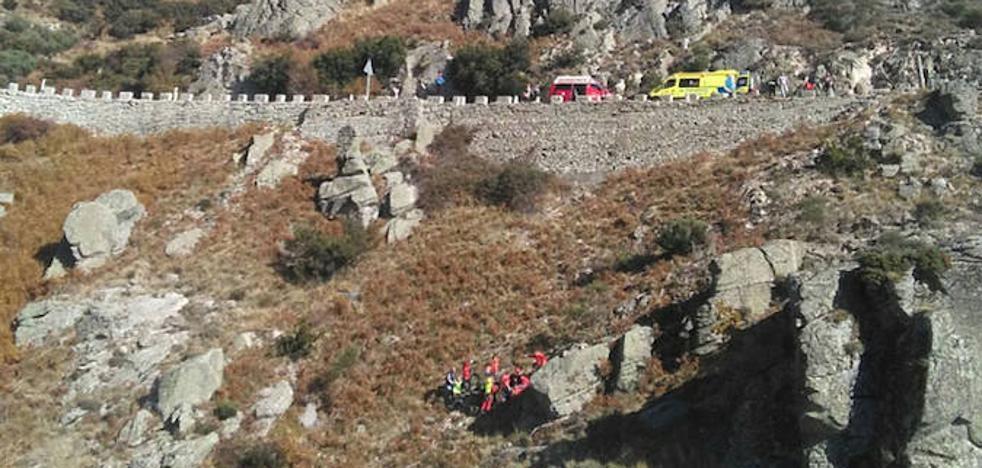 Rescatado en Ávila un motorista que cayó cincuenta metros por un terraplén