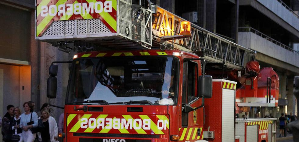 Los bomberos liberan a una niña de 3 años atrapada en el marco de una puerta