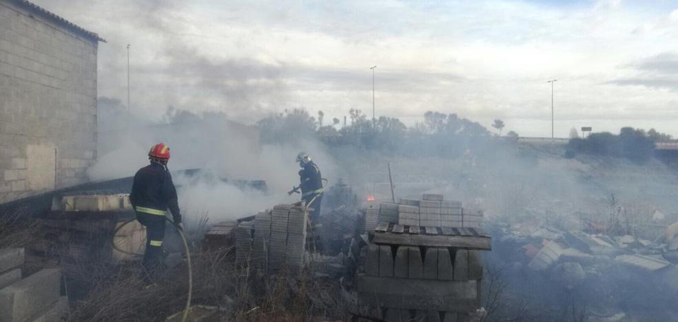Los Bomberos sofocan un fuego en una parcela con material de obra en Puente Duero