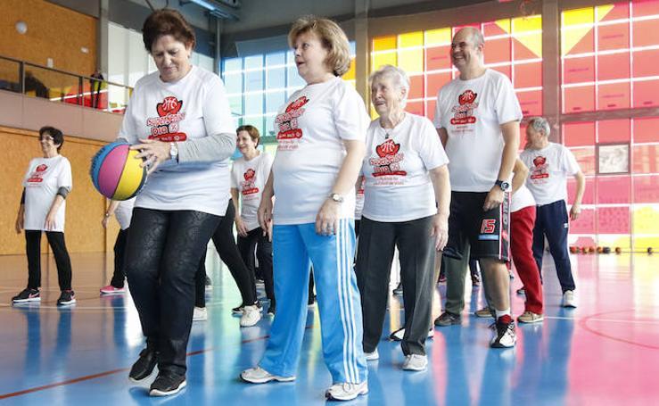 Los mayores de Salamanca se divierten con el baloncesto