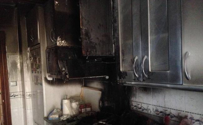 Una intoxicada es traladada por el incendio de una cocina en Valladolid