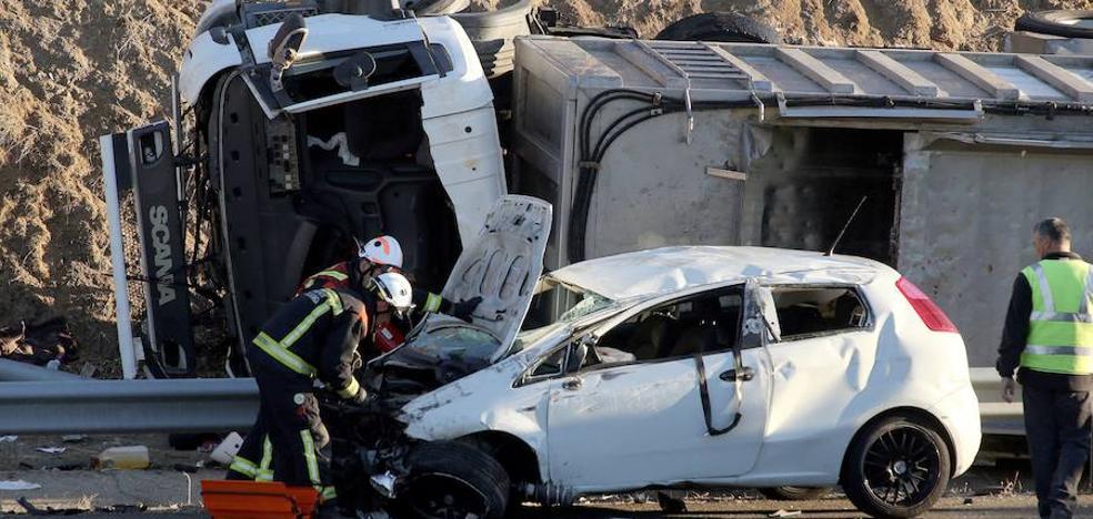 Dos heridos al colisionar un camión y un turismo en la A-62 en Salamanca