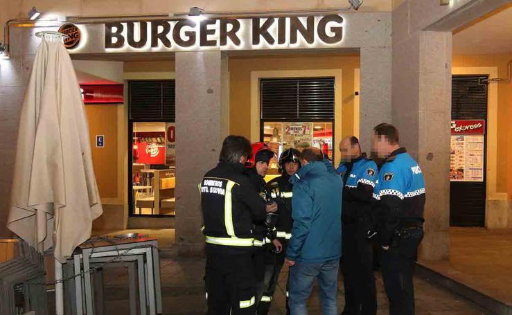 Desalojo del Burger King de Segovia por una intensa humareda en la Plaza Oriental