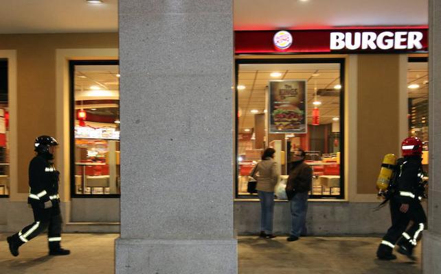 Un incendio obliga a desalojar Burger King y a realojar a clientes de un hotel