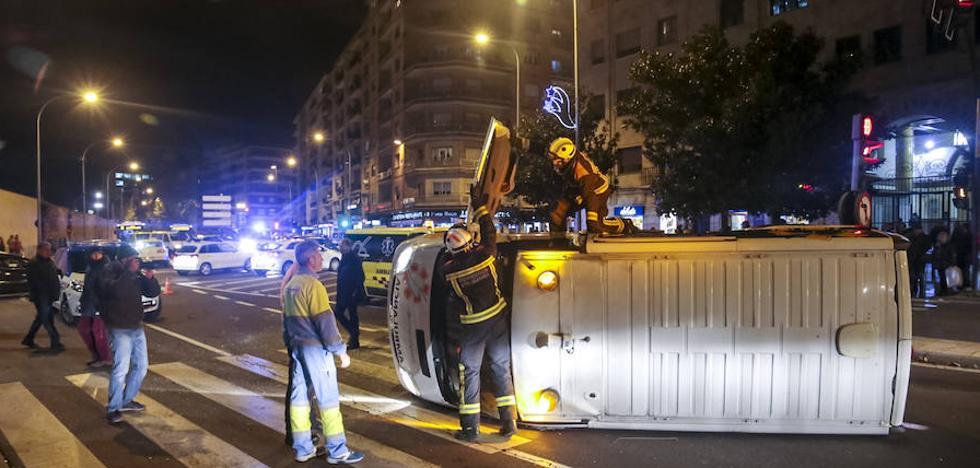 Vuelca una ambulancia en el Paseo de San Vicente tras chocar con un taxi