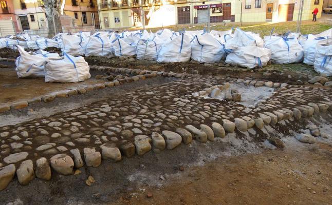Los primeros cantos rodados comienzan a dibujar la Plaza del Grano