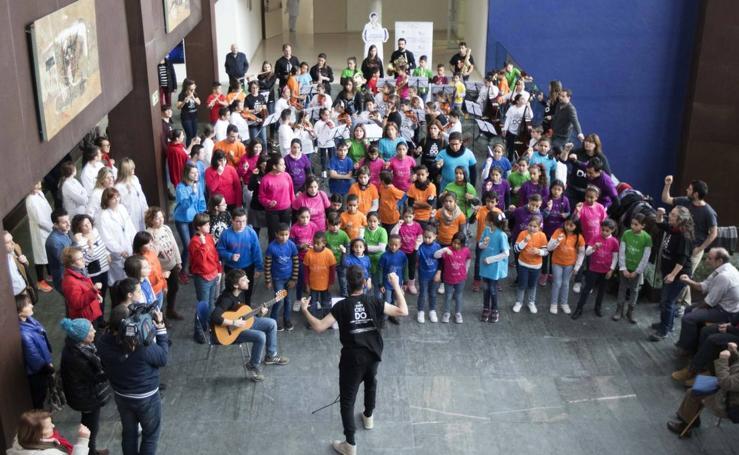 Los niños de la orquesta 'In Crescendo' ofrecen un concierto navideño en el Hospital Río Hortega