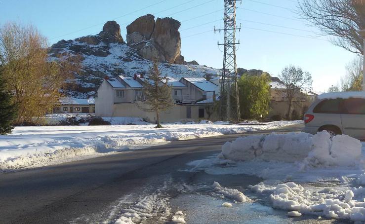 La nieve permanece en Aguilar