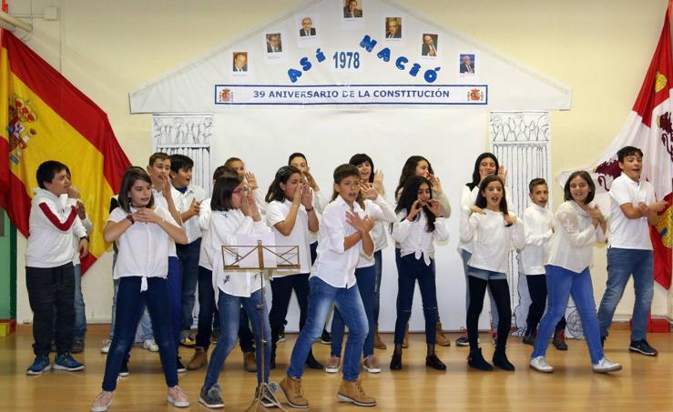 Alumnos del colegio Villalpando de Segovia celebran el aniversario de la Constitución