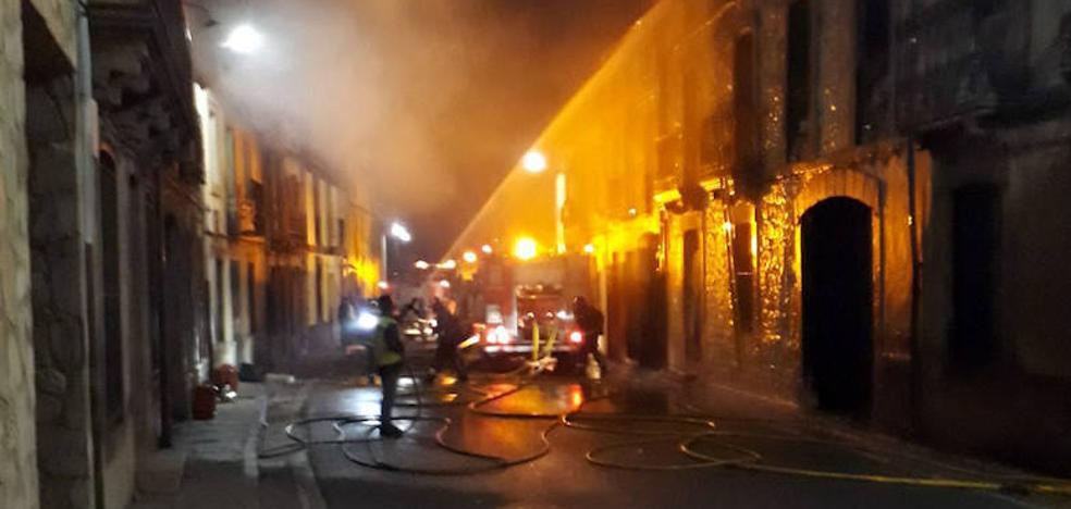 El fuego arrasa varias viviendas en Fuenterrebollo