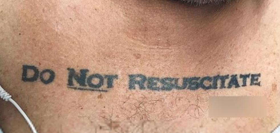 Un hombre muere por lo que pedía en una frase que tenía tatuada
