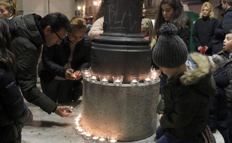 Encendido de velas a las puertas de la Iglesia de San Martín