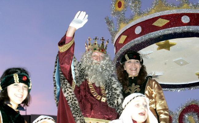 Los Reyes Magos de León cambian el lanzamiento de caramelos por el reparto de piruletas en mano