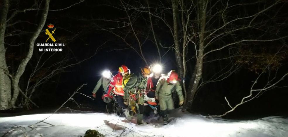 La Guardia Civil rescata a una montañera palentina que cayó en la Cueva de Valporquero de León