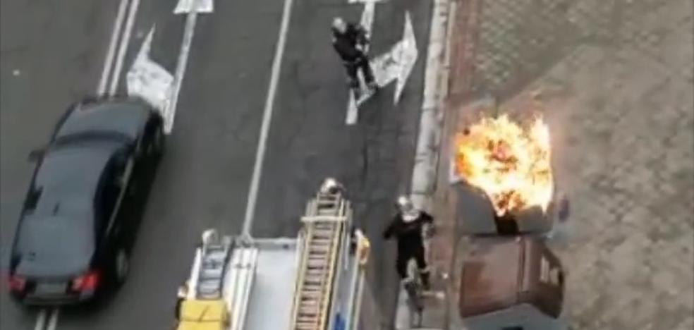 Los Bomberos de Valladolid apagan el incendio de un contenedor